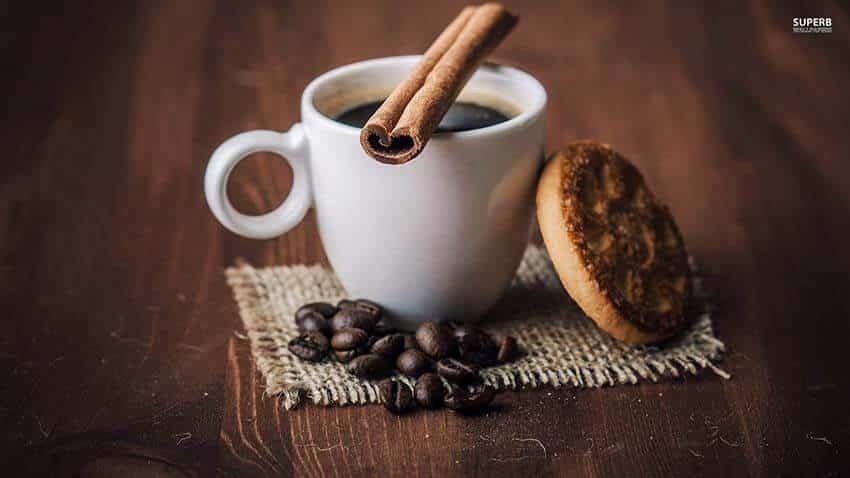 taza de cafe negro con pastas